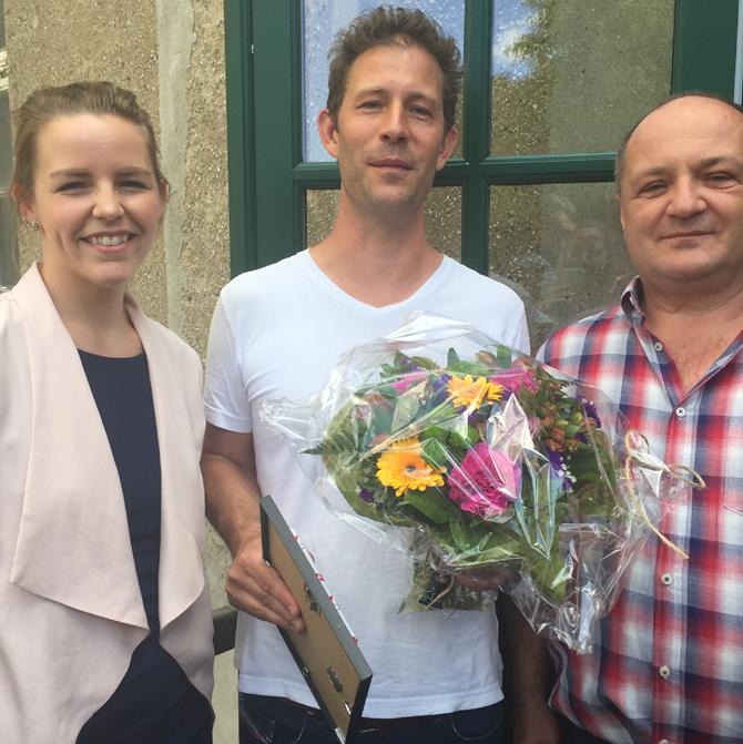 Koordinator for automationsuddannelserne på KEA, Stine Harboe Petersen overrakte på vegne af DAU diplom og blomster til Jacob Ziegler. Projektvejleder i afgangsprojektet Torben Bertelsen ses til højre.