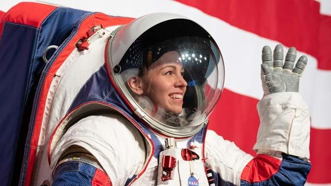 Kristine Davis er rumdragtingeniør på NASAs Johnson Space Center. Hun er her iført en prototype af NASAs nyeste rumdragt, der blev vist frem 15. oktober i år.